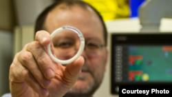 Insinyur biomedis Northwestern University Patrick Kiser memegang cincin intravaginal - yang pertama dalam jenisnya. (Foto: Northwestern University)