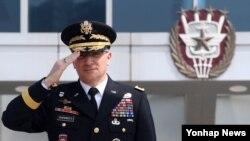 커티스 스카파로티 미한연합사령관이 25일 서울 국방부 합참 대연병장에서 열린 미한 연합사령관 환송 의장행사에서 경례하고 있다.