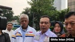 Direktur Advokasi dan Hukum BPN Prabowo-Sandi, Dasco Ahmad, di kantor Bawaslu DKI , Jakarta, menyerahkan laporan dugaan kecurangan Jokowi-Maruf, Jumat (10/5) (foto: VOA/Ghita Intan)