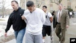 Presuntos miembros de la pandilla MS-13 son escoltados a sus audiencias en Mineola, Nueva York, el 11 de enero de 2018.