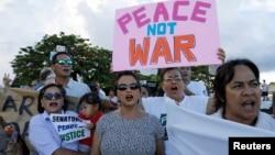 美国属地关岛的居民在和平集会上呼喊口号(2017年8月14日)