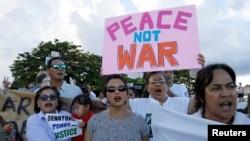 14일 미국령 괌 주민들이 전쟁에 반대하는 평화 시위를 펼치고 있다.