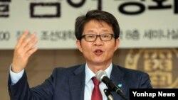 류길재 한국 통일부장관이 28일 한국 광주 조선대학교에서 열린 북한연구학회 하계학술대회에서 기조강연을 하고 있다.