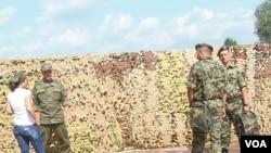 去年夏季来俄罗斯参加军事比赛活动的塞尔维亚军官(右)。
