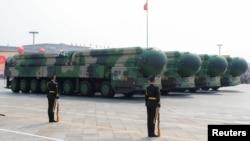 東風-41洲際戰略核導彈在北京天安門廣場舉行的國慶閱兵式展示。 (2019年10月1日)
