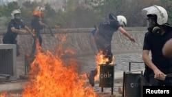 Geçen yıl Soma'daki maden faciasının ardından Ankara'da düzenlenen protesto gösterilerinde üzerine molotof kokteyli atılan polisler, alevlerden kaçmaya çalışırken.