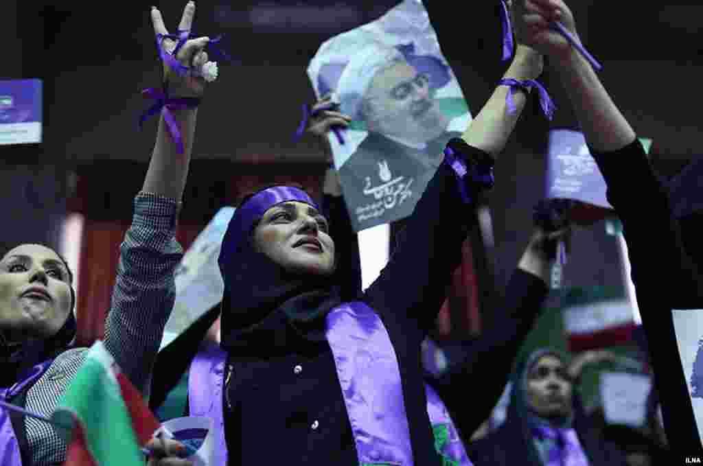 ستادهای انتخاباتی. حامیان حسن روحانی در حاشیه مراسم سخنرانی او. عکس مهدی نصیری
