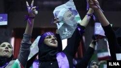 ستادهای انتخاباتی. حامیان حسن روحانی در حاشیه مراسم سخنرانی او.