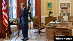 Prezident Barak Obama telefonda, Oq Uy, Vashington, 8-noyabr, 2012