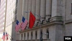 中國經濟論壇舉行期間,紐約證劵交易所掛上中美國旗(美國之音宋德成)