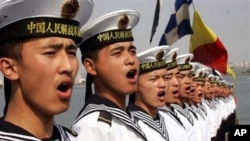 中国海军士兵2005年8月聚集在青岛参加中俄联合军事演习