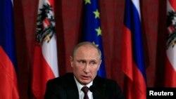 24일 오스트리아 빈을 방문한 블라디미르 푸틴 러시아 대통령이 기자회견에서 발언하고 있다.