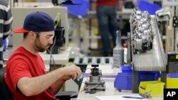 Anthony Zingale memasang kabel motor blender di pabrik Vitamix di Strongsville, Ohio. Departemen Tenaga Kerja AS melaporkan tingkat pengangguran pada bulan Agustus sebesar 5,1 persen, terendah selama tujuh tahun terakhir.