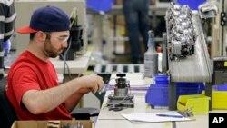 Một công nhân đang làm việc tại công xưởng Vitamix ở Strongsville, bang Ohio, Mỹ.