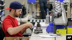 Một công nhân Mỹ làm việc trong một xưởng lắp ráp phụ tùng ôtô ở Strongsville, Ohio.
