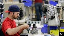 미국 오하이오주 스트롱빌의 믹서기 제조공장에서 한 노동자가 일하고 있다.