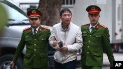 Trịnh Xuân Thanh bị dẫn ra tòa ở Hà Nội, 24 tháng Giêng.