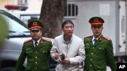 Trịnh Xuân Thanh ra tòa tại Hà Nội.