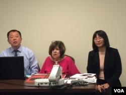 石文安(中) 在华盛顿的一个文化沙龙上谈论毛泽东。 (2017年9月9日,美国之音斯洋拍摄)