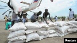 Hộp và túi thức ăn được dỡ xuống từ một máy bay trực thăng của Liên Hiệp Quốc ở Pibor.