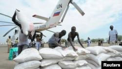 运载食物的联合国世界粮食计划署直升机在南苏丹