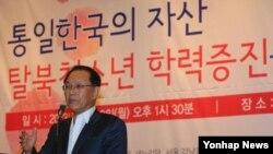 황우여 한국 새누리당 대표가 10일 국회도서관에서 열린 '통일한국의 자산, 탈북청소년 학력증진을 위한 정책토론회'에서 축사를 하고 있다.