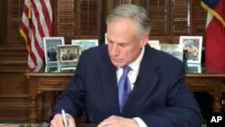 Greg Abbott, gouverneur du Texas signe un document, 7 mai 2017.