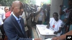 Photo d'archives (28 septembre 2013) : Le leader de l'opposition guinéen Cellou Dalein Diallo, chef de l'UFDG, s'apprêtant à voter à Conakry, en Guinée lors des élections législatives de 2013. (AP photo / Idrissa Soumaré)