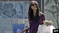 Một phụ nữ đi mua sắm trong khu thương xá ở thành phố Culver, tiểu bang California