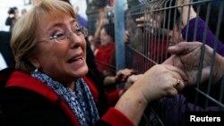 La política socialista, de 61 años, que fue presidenta de Chile entre 2006 y 2010, es recibida con entusiasmo a su regreso a Santiago.