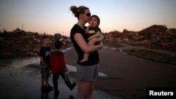 俄克拉何马州穆尔镇居民Rae Kittrell站在房子的废墟前