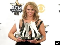 میراندا لمبرت تا به حال سی جایزه از آکادمی موسیقی کانتری دریافت کرده است