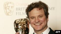 Kral 6. George'u canlandıran Colin Firth ödülüyle poz verirken