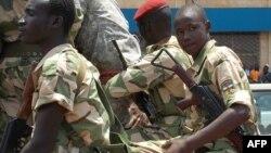 Beberapa tentara Republik Afrika Tengah melakukan patroli di ibukota Bangui untuk memantau proses perdamaian dengan pemberontak (2/9).