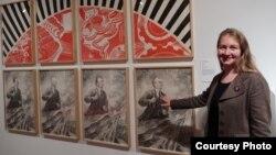Юлия Туловская у картины Ростислава Лебедева. Photo: Oleg Sulkin