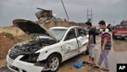 2014年4月13日伊拉克巴格达: 伊拉克平民查看自杀式汽车炸弹爆炸场地