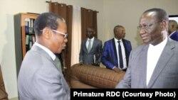 Mokambi ya mbulatari Sylvestre Ilunga Ilunkamba (D) atiki mokanda molakisi bozwi bwa ye bonso, na Cour constitutionnelle, Gombe, Kinshasa, 30 septembre 2019. (Primature RDC)
