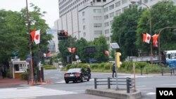 日本東京霞關的馬路兩旁2018年5月8日插上中日國旗迎接中國總理李克強到訪。(美國之音記者歌籃拍攝)