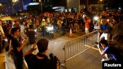 중국의 홍콩 행정장관 선거안에 반대하는 시위대가 2일 친중 성향의 렁춘잉 행정장관 사무실 앞에 펜스를 치고 길을 막고 있다.