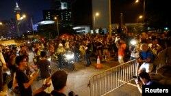 Para demonstran berusaha memblokade jalanan menuju kantor pemimpin eksekutif Hong Kong Leung Chun-ying (2/10).