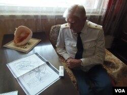老兵舒德洛1945年参加了同日本关东军的战斗。这位俄军退役少将当时是苏联红军炮兵排长.今年5月9日二战胜利日前夕,他展示了苏联红军出兵中国东北的进军地图。