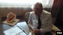 老兵舒德洛1945年參加了同日本關東軍的戰鬥﹐他展示了蘇聯紅軍出兵中國東北的進軍地圖