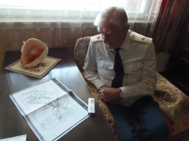 老兵舒德洛1945年參加了同日本關東軍的戰鬥。 這位俄軍退役少將當時是蘇聯紅軍砲兵排長.今年5月9日二戰勝利日前夕,他展示了蘇聯紅軍出兵中國東北的進軍地圖。