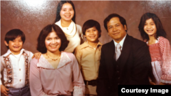 ທ່ານຄໍາຮຸ່ງ ພ້ອມດ້ວຍພັນລະຍາ ແລະລູກນ້ອຍ 4 ຄົນຢູ່ສູນອົບພະຍົບໄທດໍາເນີນພະເນົາ, ໜອງຄາຍ, ປີ 1975