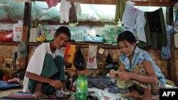 Bệnh nhân nhiễm HIV chuẩn bị thức ăn tại một trạm xá HIV / AIDS, được thành lập bởi thành viên của Liên đoàn Quốc gia vì Dân chủ (NLD) tại Yangon