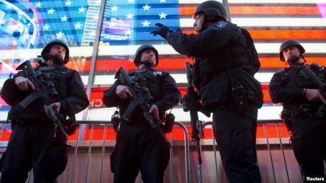Lực lượng cảnh sát được triển khai đến Quảng trường Times sau vụ tấn công ở Paris, ngày 14/11/2015.