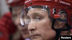 Soçi yakınlarında buz hokeyi maçına katılan Rusya Cumhurbaşkanı Vladimir Putin