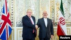 အီရန္ႏိုင္ငံ တီဟီရန္ၿမိဳ႕ေတာ္ကို ေရာက္ရွိလာတဲ့ ယူေက ႏုိင္ငံ ျခားေရး၀န္ႀကီး Boris Johnson နဲ႕ အီရန္ႏုိင္္ငံျခားေရး ၀န္ႀကီး Mohammad Javad Zarif တို႔ လက္ဆဲြႏႈတ္ဆက္ေနၾကစဥ္