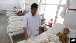 آرشیف: یک کودک افغان در جنگ زخمی شده در شفاخانه ایمرجنسی کابل تداوی می شود