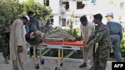Nhân viên bảo vệ an ninh Afghanistan bị thương trong vụ đánh bom tự sát được đưa đến bệnh viện, ở Kandahar, Afghanistan, 31/10/2011